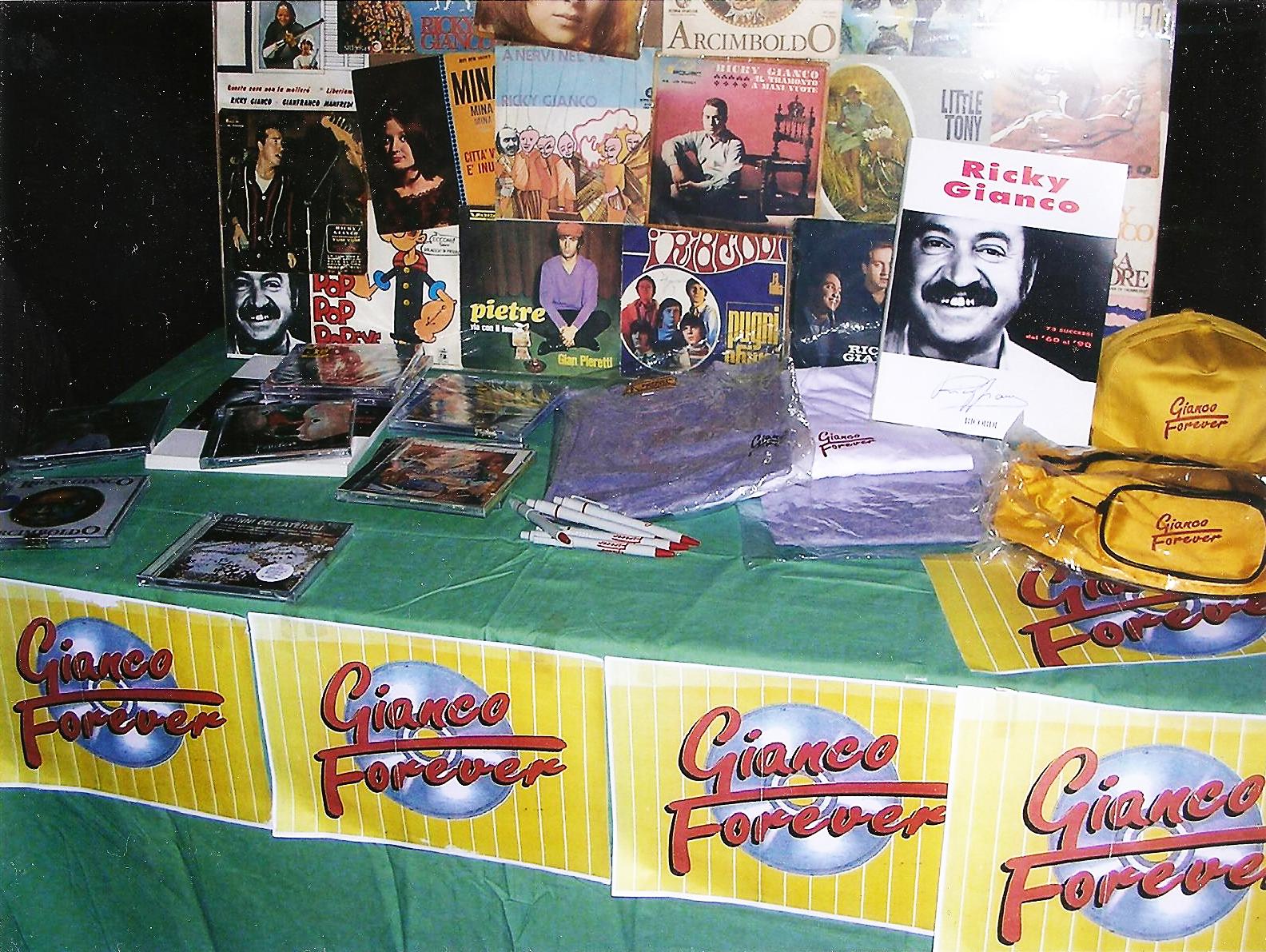 Lo storico banchetto Gianco Forever, che da tanti anni accompagna Ricky ai suoi concerti, distribuendo cd, vinili, gadgets, tesserine e libri con foto, testi e spartiti.